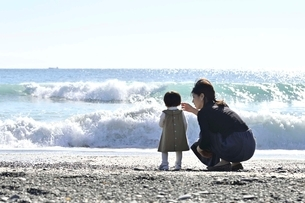 海を見るお母さんと子供の写真素材 [FYI04097517]