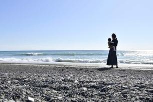 子供を抱くお母さんの写真素材 [FYI04097518]