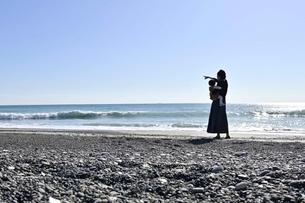 子供を抱くお母さんの写真素材 [FYI04097519]