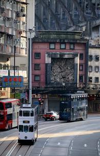テレサ・テンもかつて歌っていたという廃墟のような皇都戲院(State Theatre)の前を行くトラムの写真素材 [FYI04097545]