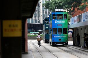 香港の街を行く路面電車トラム。英国植民地時代から走り続けるの写真素材 [FYI04097553]