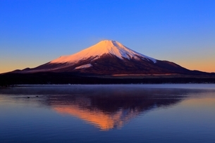山中湖より富士山と朝焼けの写真素材 [FYI04098006]