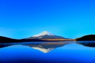 山中湖より富士山の写真素材 [FYI04098008]