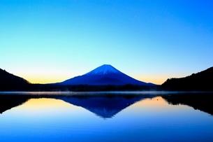 精進湖より富士山と朝焼けの写真素材 [FYI04098012]
