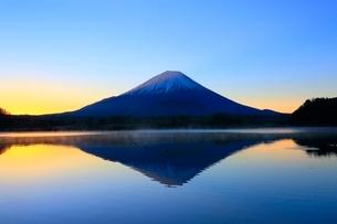 精進湖より富士山と朝焼けの写真素材 [FYI04098015]