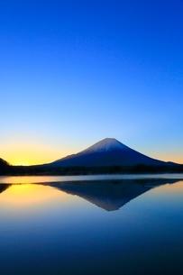 精進湖より富士山と朝焼けの写真素材 [FYI04098016]