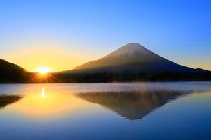 精進湖より富士山と初日の出の写真素材 [FYI04098017]