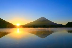 精進湖より富士山と初日の出の写真素材 [FYI04098019]