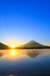 精進湖より富士山と初日の出の写真素材 [FYI04098021]