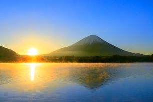 精進湖より富士山と初日の出の写真素材 [FYI04098023]