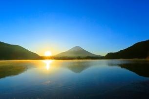 精進湖より富士山と初日の出の写真素材 [FYI04098025]