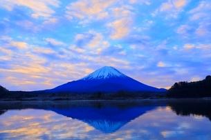 精進湖より富士山と朝焼けの写真素材 [FYI04098047]