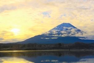 精進湖より富士山と朝焼けの写真素材 [FYI04098051]