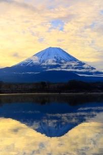 精進湖より富士山と朝焼けの写真素材 [FYI04098052]