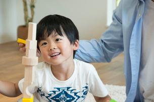積み木で遊ぶ親子の写真素材 [FYI04098111]