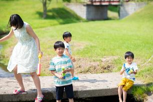 水鉄砲で遊ぶ子供たちの写真素材 [FYI04098158]