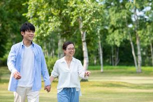 自然の中を散歩する夫婦の写真素材 [FYI04098174]