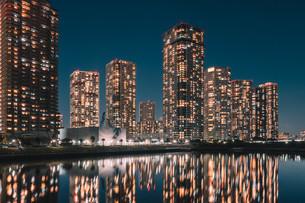 東京湾岸エリアのマンション夜景の写真素材 [FYI04098267]