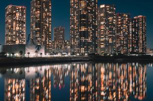 東京湾岸エリアのマンション夜景の写真素材 [FYI04098271]
