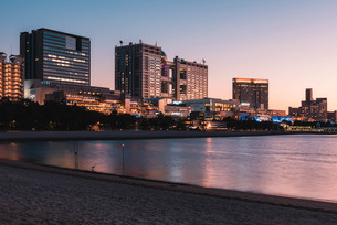 東京お台場の夕暮れの写真素材 [FYI04098284]