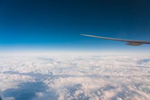 飛行機の窓から臨む地平線の写真素材 [FYI04098342]