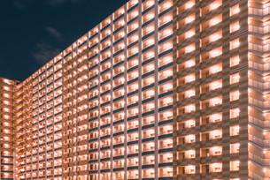 マンションに灯る夜の明かりの写真素材 [FYI04098467]