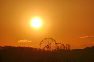 夕日に浮かぶ遊園地の写真素材 [FYI04098502]