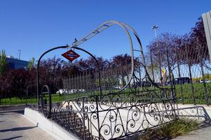 スペイン マドリッドの地下鉄フェリア・デ・マドリッド駅の入口の写真素材 [FYI04098741]