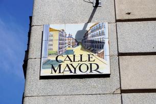 スペイン マドリッドの建物の壁のタイルの表示板の写真素材 [FYI04098764]