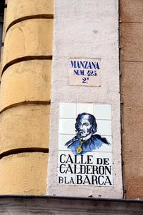 スペイン マドリッドの建物の壁のタイルの表示板の写真素材 [FYI04098765]