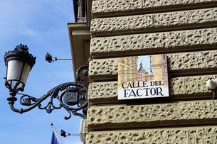 スペイン マドリッドの建物の壁のタイルの表示板の写真素材 [FYI04098766]