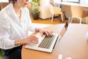 シェアオフィスでノートPCを操作する女性の写真素材 [FYI04098831]