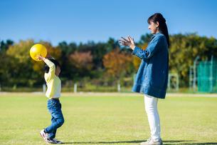 ボール遊びする親子の写真素材 [FYI04098883]