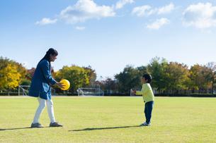 ボール遊びする親子の写真素材 [FYI04098884]