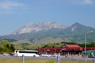 新緑,米子自動車道上り,蒜山サービスエリアから大山の写真素材 [FYI04099003]