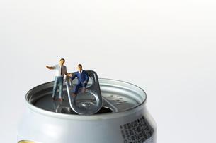 缶の上のスーツ姿のミニチュア人形の写真素材 [FYI04099078]