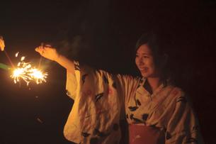 花火をする浴衣姿の女性の写真素材 [FYI04099128]