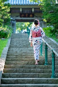 階段を上がる浴衣姿の女性の後ろ姿の写真素材 [FYI04099130]
