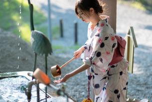 水で手を清める女性の手元の写真素材 [FYI04099144]