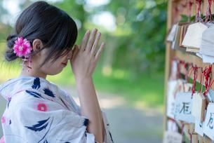 絵馬に願い事をする浴衣姿の女性の写真素材 [FYI04099150]