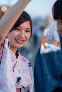 お祭りで金魚を見せる浴衣姿の女性の写真素材 [FYI04099177]