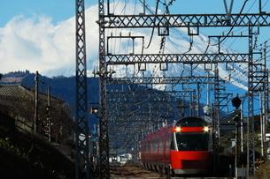 富士山とグッドデザイン賞受賞のロマンスカーGSEの写真素材 [FYI04099565]