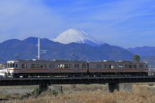 川音川を渡る313系と富士山の写真素材 [FYI04099568]