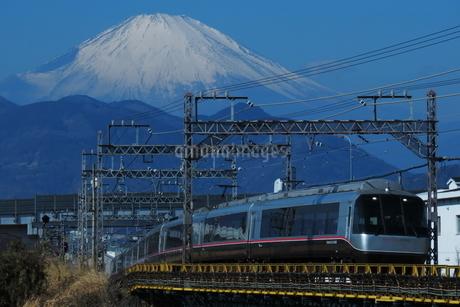 小田急ロマンスカーEXEαと富士山の写真素材 [FYI04099587]