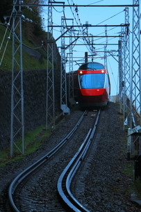 箱根登山線内の急勾配を下る小田急ロマンスカーGSEの写真素材 [FYI04099594]