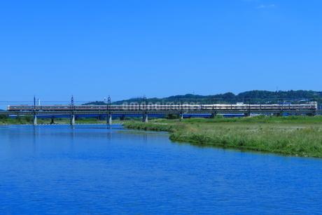 多摩川を渡る京王8000系の写真素材 [FYI04099640]