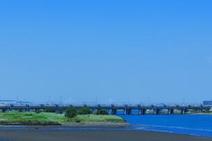 相模川を渡る185系特急踊り子号の写真素材 [FYI04099642]