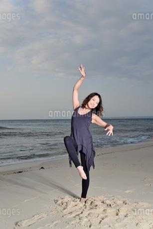 宮古島/ビーチの若い女性の写真素材 [FYI04099857]