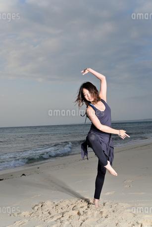 宮古島/ビーチの若い女性の写真素材 [FYI04099861]
