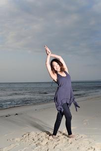 宮古島/ビーチの若い女性の写真素材 [FYI04099863]